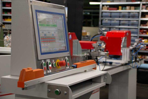 Der Funkmessstab WEGOMA Messtronic 0,1 im Einsatz bei der Datenübertragung an die Maschine